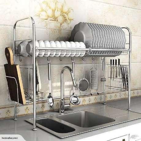 29. O aramado cozinha é um dos itens mais tradicionais para manter esse ambiente sempre bem organizado – Foto: Zozu