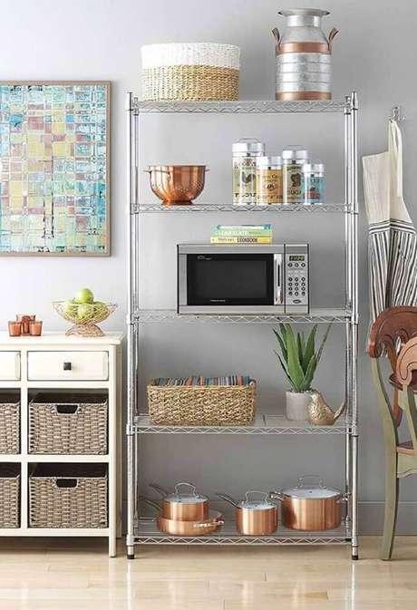 30. Modelo de estante aramada para organização de cozinha – Foto: Pinterest