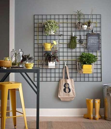 40. Mas além do escritório, o painel aramado também pode ser decorado com fotos e pequenos vasos de plantas – Foto: Etageres