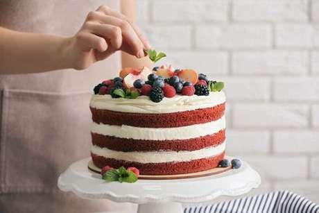 Naked cake: um bolo que deve ser feito com manteiga para aguentar o recheio