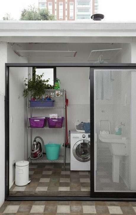 43. O aramado é muito utilizado para organização de lavanderias pequenas – Foto: DT. Estúdio