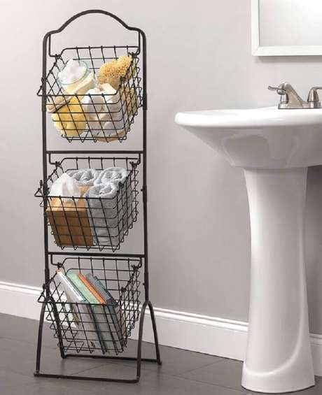5. Modelo de estante aramado com utilidades domésticas para organizar e decorar banheiro – Foto: WIRE Center