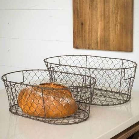 46. Alguns modelos de cestos aramados são mais rústicos – Foto: Antique Farmhouse