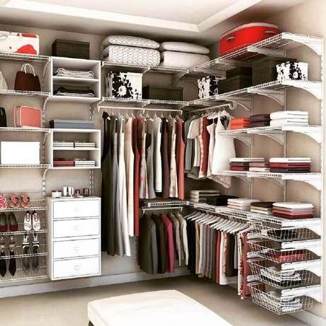 47. Prefira modelos de closet aramado feito sob medida para o espaço que você tem em casa – Foto: Pinterest