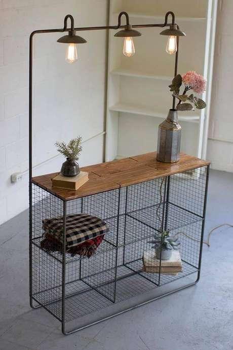 48. Modelo de estante aramada com bancada de madeira – Foto: Modish Store