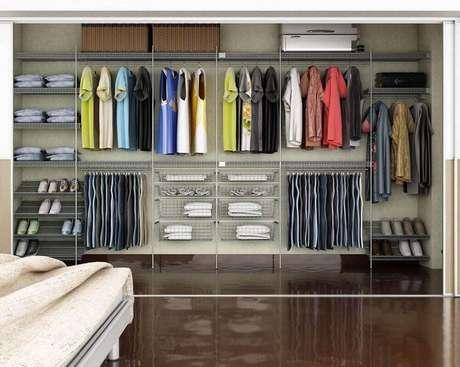 51. Além da cortina você também pode usar uma porta de correr para fechar o seu closet aramado – Foto: Wood Save