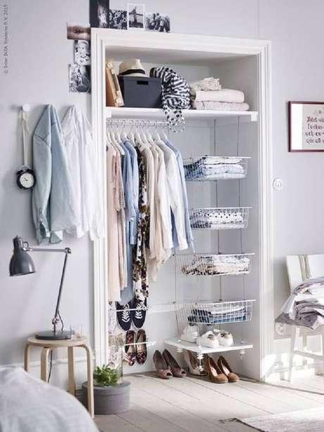 52. Se bem organizado o closet aramado pode até fazer parte da decoração do quarto – Foto: Wotefusi