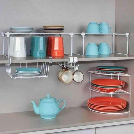 56. Utilize aramado para manter o seu armário de cozinha sempre bem organizado – Foto: Lala Moulati