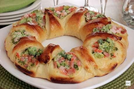 Pão aberto com legumes