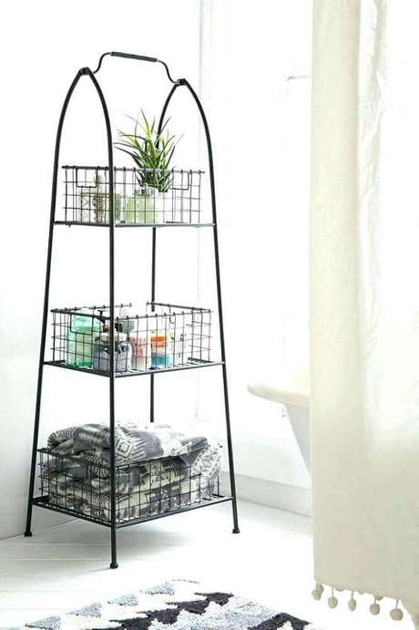 59. Modelo de estante pequena aramado para decoração e organização de diversos ambientes – Foto: Mozano