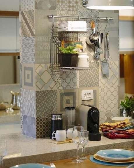 3. Modelo de aramado perfeito para quem quer manter todos os utensílios de cozinha sempre à mão – Foto: Denise Canabrava
