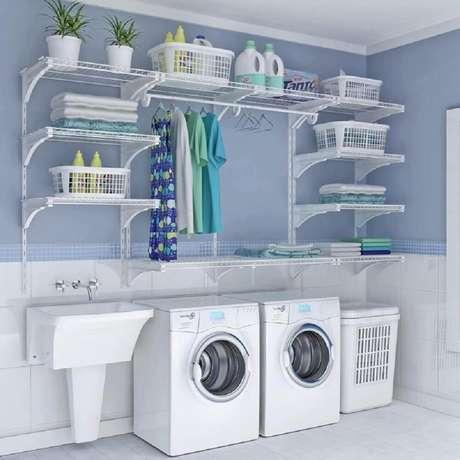 60. Decoração para lavanderia com prateleiras de aramado – Foto: Seda y Nacar