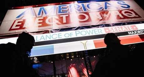 Eleitores acompanham apuração de votos em Nova York
