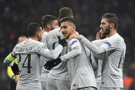 Jogadores comemoram o gol de Manolas, o primeiro da Roma (Foto: Alexander Nemenov / AFP)