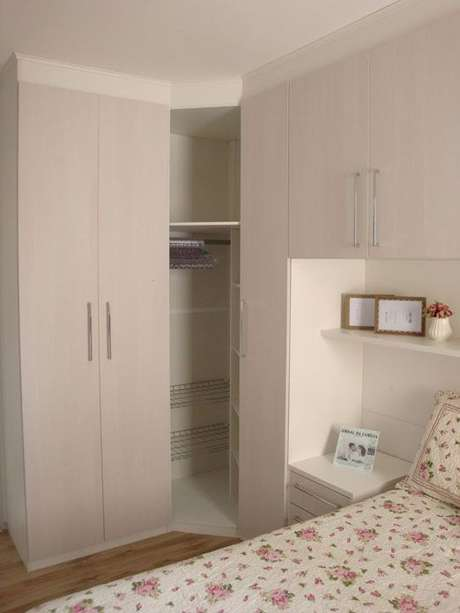45- O guarda-roupa planejado para ambientes pequenos utiliza o canto da parede para acomodar roupas e sapatos. Fonte: Casa e festa