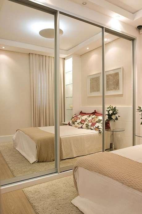 46- O guarda-roupa planejado com porta espelhada amplia o ambiente. Fonte: Pinterest