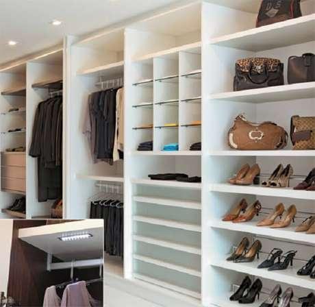 42- No guarda-roupa planejado as peças são acomodadas em nichos apropriados. Fonte: Eu Amo Decoração