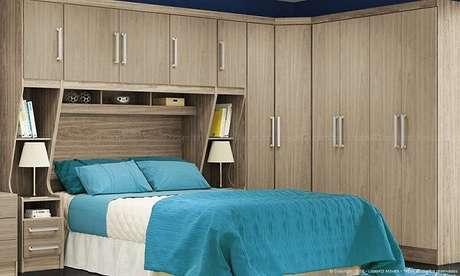 48- O guarda- roupa planejado em formato de L tem camas e criados mudo embutidos. Fonte: LojasKD