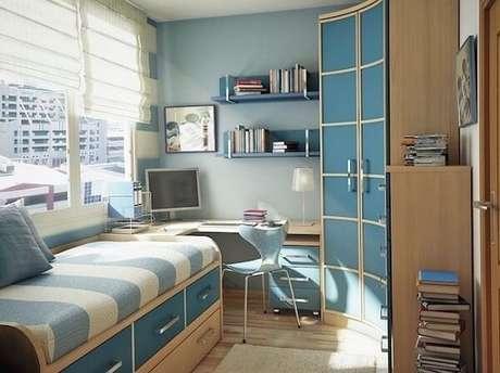 50- O guarda-roupa planejado foi projetado para aproveitar o canto do quarto. Fonte: Casa e Festa