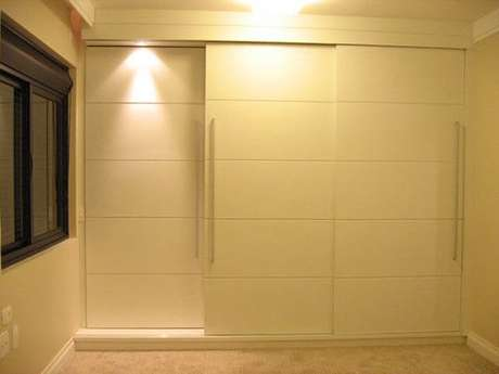 43-O guarda-roupa planejado tem portas deslizantes e iluminação para facilitar a localização das peças. Fonte: ConstruindoDecor