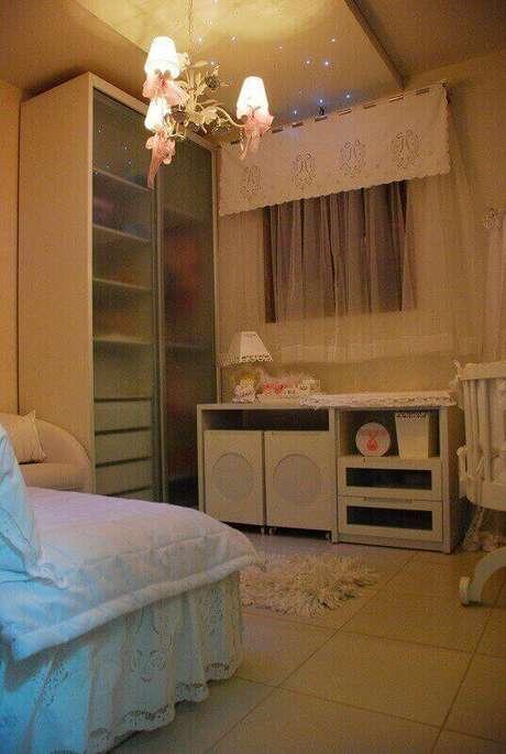 22. Guarda-roupa planejado com portas de vidro em quarto de bebê. Projeto de Janete Barros