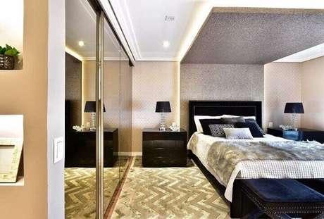 13. Guarda-roupa planejado espelhado em quarto de casal sofisticado. Projeto de Tetriz Arquitetura