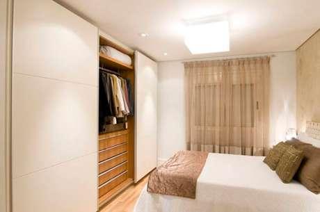 62- No guarda-roupa planejado com portas deslizantes as divisórias internas e gavetas acomodam e organizam o espaço. Fonte: IdeaBrasil
