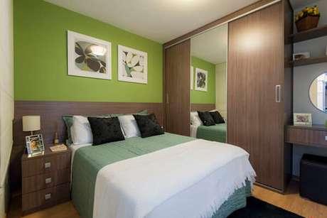 55- O guarda-roupa planejado tem como acabamento o mesmo padrão da cabeceira da cama, criado mudo e penteadeira. Fonte: IdeaBrasil