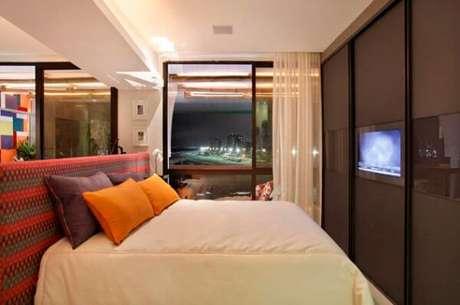 54- No dormitório pequeno o guarda-roupa planejado tem TV embutida. Fonte: IdeaBrasil