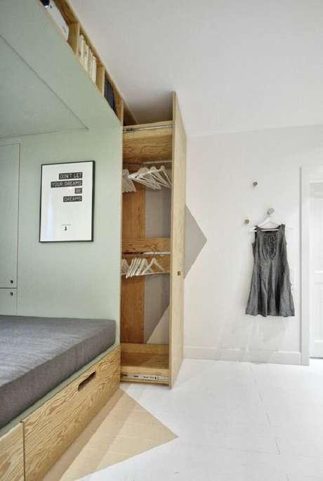 57- O guarda-roupa planejado tem compartimento deslizante para acomodar as peças de roupa em cabide. Fonte: Pinterest