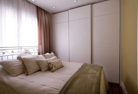 58- No dormitório pequeno o guarda-roupa planejado com portas deslizantes facilitam a visualização das roupas. Fonte: Casa e Festa