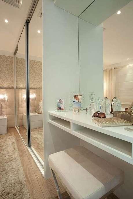 59- O guarda-roupa planejado com portas de espelho deslizantes complementam a decoração. Fonte: Casa e Festa