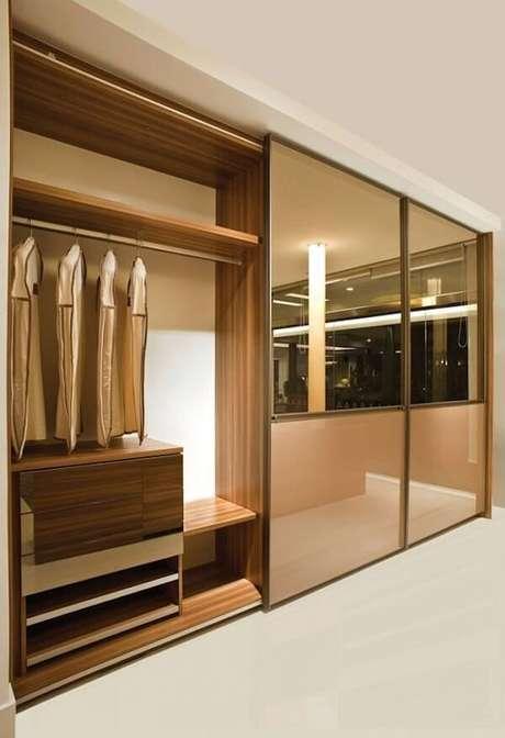 61- O guarda-roupa planejado tem divisões internas adaptadas para todos os comprimentos de roupas. Fonte: Casa e Festa