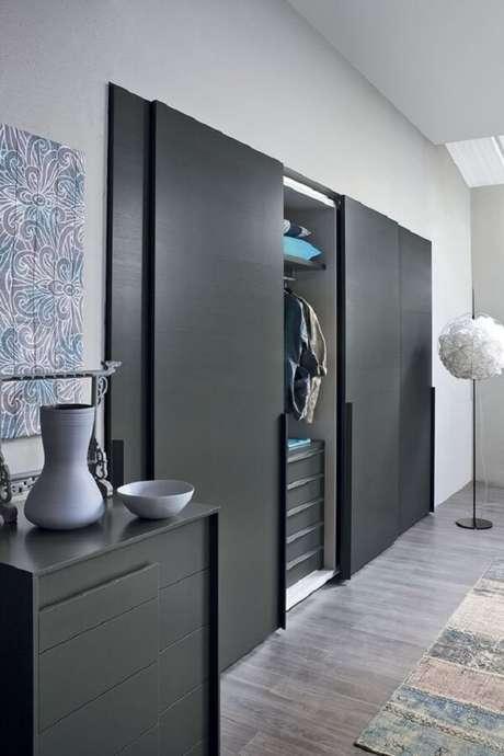 63-O guarda-roupa planejado revestido em tom escuro combina perfeitamente com o assoalho cinza do dormitório. Fonte: Pinterest