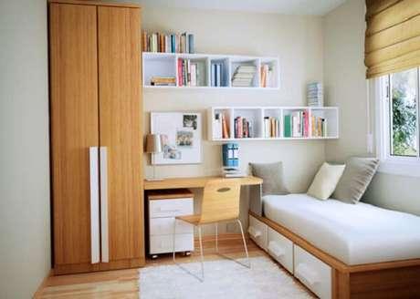 70- O guarda-roupa para quarto de solteiro tem acabamento em madeira natural e puxadores modernos. Fonte: IdeaBrasil