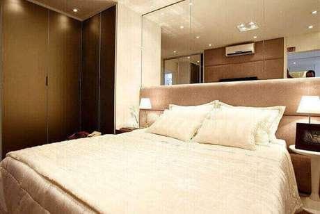 41. Guarda-roupa planejado para quarto de casal com cabeceira espelhada. Projeto de Marel