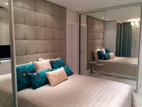 66- As portas espelhadas do guarda-roupa planejado cria uma sensação de profundidade ao ambiente. Fonte: Ideabrasil