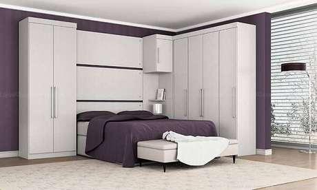 67- O guarda-roupa planejado em formato de L e com cama embutida aproveita todos os espaços do dormitório. Fonte: Lojas KD