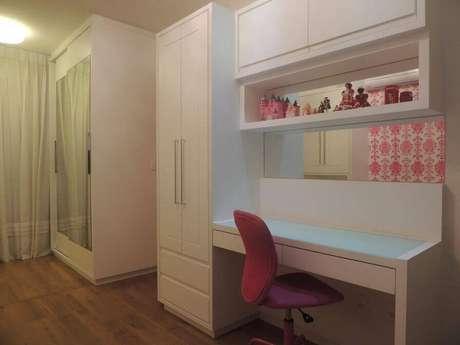 19. Guarda-roupa planejado branco em quarto feminino com detalhes cor de rosa. Projeto de CS Projetos