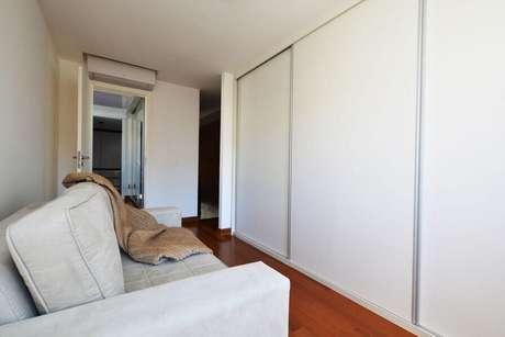 35. Guarda-roupa planejado em ambiente com sofá. Projeto de Zark Studio Lab
