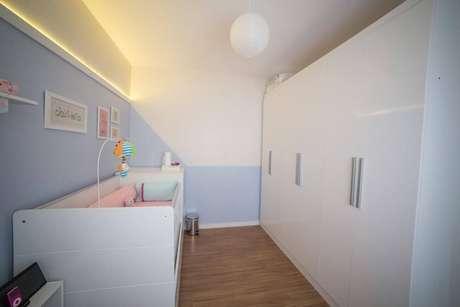 24. Guarda-roupa planejado de parede inteira em quarto de bebê. Projeto de Studio Feijó