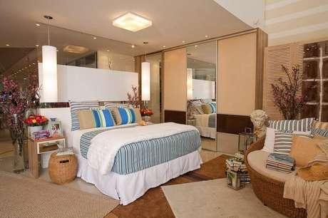 12. O quarto é bastante harmonizado com um guarda-roupa planejado grande e bonito. Projeto de Rico Mendonça