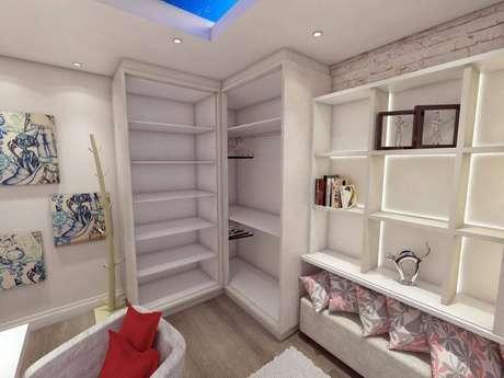 28. Guarda-roupa planejado sem portas e nichos: muito espaço para organizar suas roupas e objetos. Projeto de Ednilson Hin