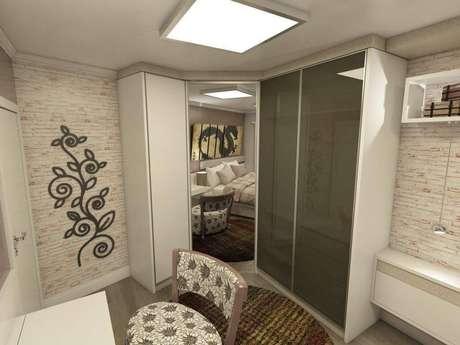 29. Guarda-roupa planejado de quina com portas de vidro, espelho e opaca. Projeto de Ednilson Hin