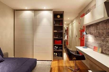 33. Guarda-roupa planejado com estante para objetos. Projeto de Studio Eloy e Freitas
