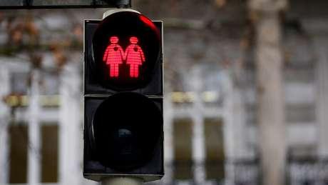 Projeto do governo francês quer legalizar reprodução assistida para mulheres solteiras e lésbicas, mas sociedade está dividida