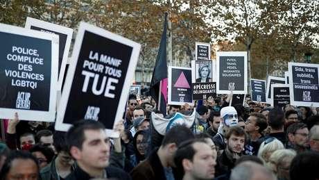 Casamento gay entrou em vigor na França em 2013, garantindo a casais também o direito de adotar filhos