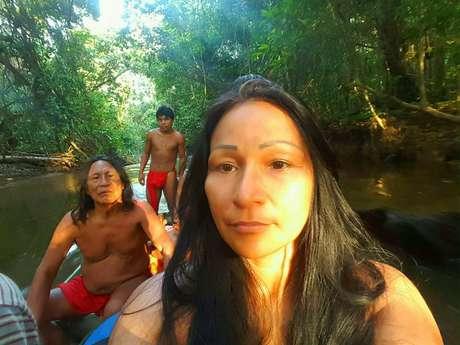 A tenente Silvia Nobre Waiãpi foi a primeira indígena a ingressar no Exército. Ela é também artista, atleta e fisioterapeuta