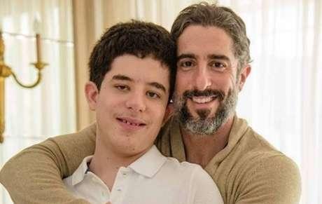 O apresentadorMarcos Mion e o filho Romeo.