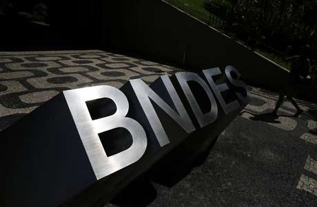 Logo do BNDES na entrada da sede do banco no Rio de Janeiro 11/01/2017 REUTERS/Nacho Doce